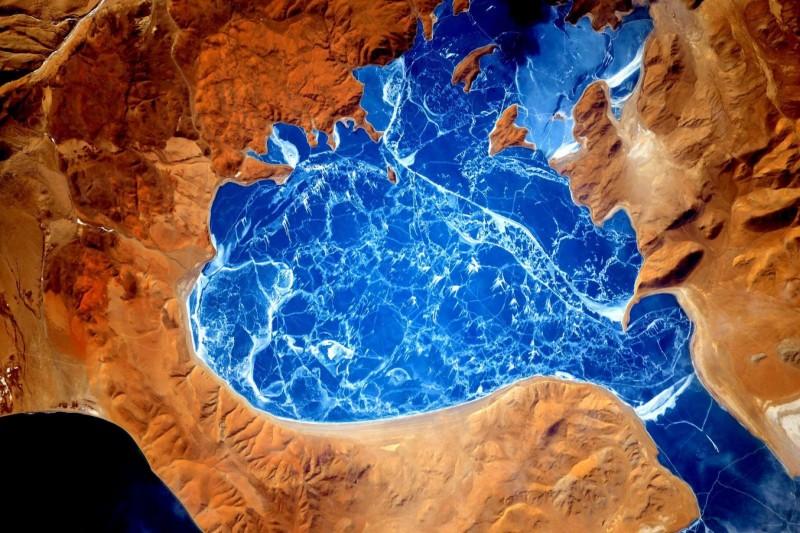 Замёрзшее озеро в Гималаях.