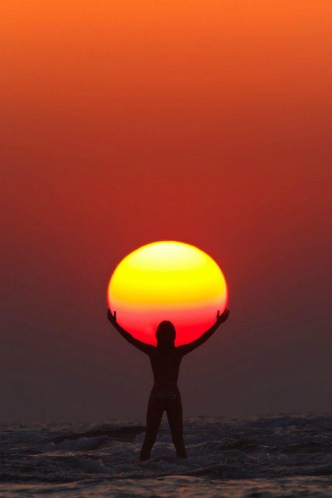 Солнце в руках девушки
