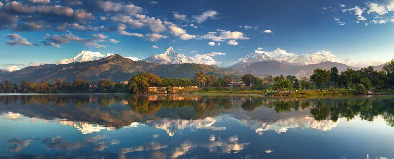 Покхара (Непал) на берегу озера Фева, сзади видны Гималаи, панорама в высоком разрешении, 5000*2019