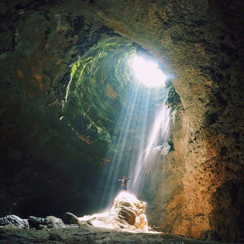 Стою в пещере, весь залитый солнцем