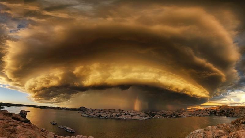 Шторм над озером в Прескотт, штат Аризона, США.