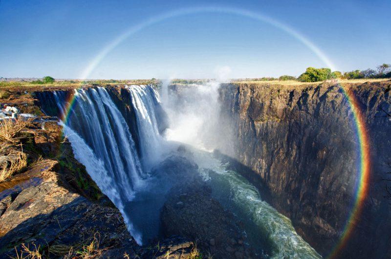 Радуга над водопадом Виктория в Южной Африке