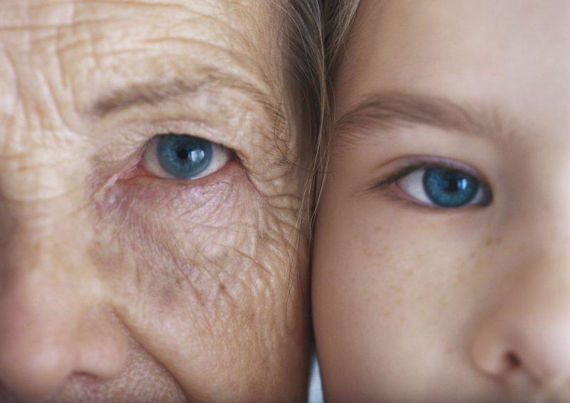 Бабушка и внучка щекой к щеке