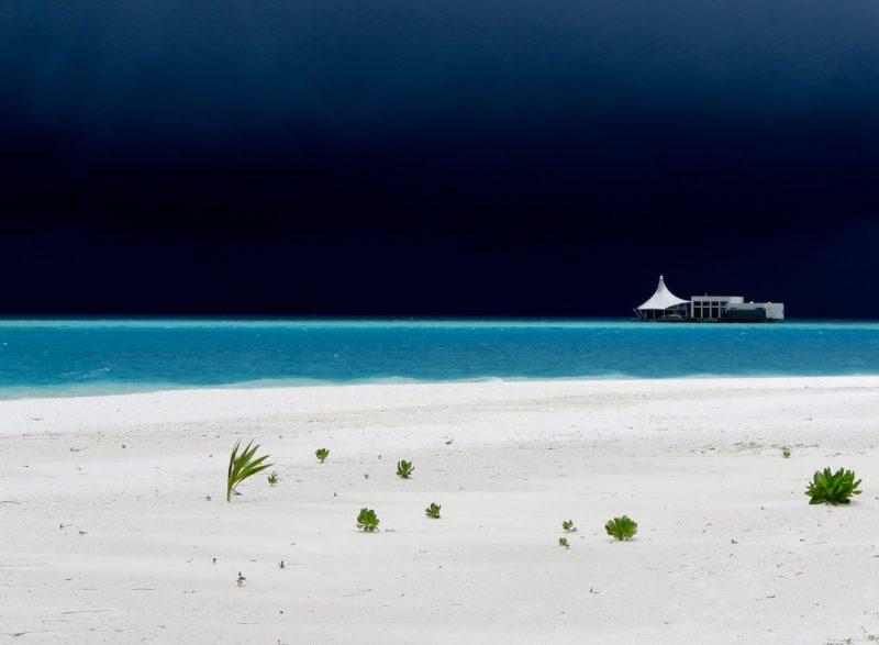 Грозовой фронт надвигается на остров Мааенбудху в Лаккадивском море, Мальдивская Республика