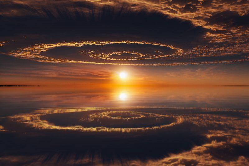 shutterstock 496186588 - Лучшие фото мира. Сборник лучших фото - Спираль в небе и её отражение, 3624*2128 пикселей